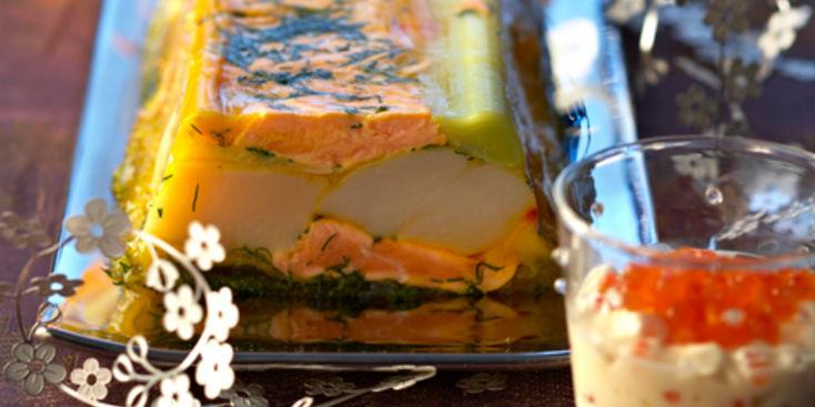 Pour l'entrée : une terrine de Saint- Jacques et de saumon en gelée